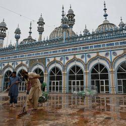 Los devotos musulmanes lavan el piso de la mezquita Jamia en Rawalpindi antes del Ramadán luego de las nuevas restricciones gubernamentales para contener la propagación del coronavirus Covid-19. | Foto:Aamir Qureshi / AFP