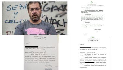 El escritor Carlos Busqued y los documentos que dan cuenta del estado de la denuncia.