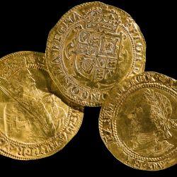 El tesoro está conformado por tres monedas de oro y plata y varios anillos medievales.