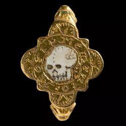 Lo que más le llamó la atención a los detectores de metales fue el macabro anillo de la calavera que data de entre los años 1550 y 1650