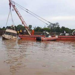 La embarcación se levantó del fondo del río, de forma lenta y controlada, a través del uso de una grúa.