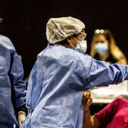 Un trabajador de salud toma una muestra de hisopo de una mujer para la prueba de PCR del coronavirus (Covid-19).   Foto:Roberto Almeida Aveledo / Zuma Wire / DPA