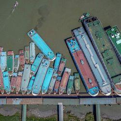 Bangladesh, Barishal: vista aérea de los barcos que atracan en el puerto de Barishal, el puerto más activo de Bangladesh, en medio de un bloqueo nacional de una semana que comenzó en Bangladesh para frenar la propagación del Covid-19.   Foto:Mustasinur Rahman Alvi / Zuma Wire / DPA