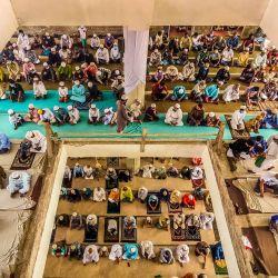 Los musulmanes asisten a las oraciones del viernes sin mantener su distanciamiento social a pesar de los crecientes temores de la pandemia del coronavirus y las medidas tomadas por el gobierno para contener su propagación. | Foto:Mustasinur Rahman Alvi / Zuma Wire / DPA