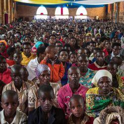 Los devotos católicos asisten a la misa en La paroisse Saint Aloys d'Ijenda en Ijenda, Burundi. | Foto:Tchandrou Nitanga / AFP