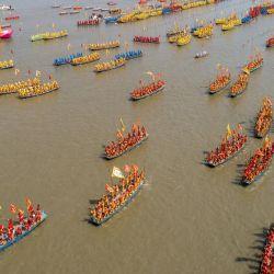 Esta foto aérea muestra a los barcos que participan en una actuación durante el festival de barcos de Qintong en Taizhou, en la provincia oriental china de Jiangsu. | Foto:STR / AFP