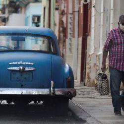 Un anciano con mascarilla camina por una calle de La Habana. - El gobierno de Cuba planea comenzar su programa formal de vacunación en junio, momento en el que espera tener la primera vacuna autorizada desarrollada y producida en América Latina. | Foto:Yamil Lage / AFP