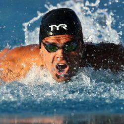 Michael Andrew compite en las eliminatorias de mariposa de 100 metros masculinos en el primer día de la TYR Pro Swim Series en Mission Viejo en Marguerite Aquatics Center, California. | Foto:Sean M. Haffey / Getty Images / AFP