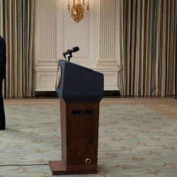 El presidente de los Estados Unidos, Joe Biden, se detiene cuando se va para responder una pregunta después de hablar sobre una actualización de vacunación del Comedor Estatal de la Casa Blanca, en Washington, DC.   Foto:Brendan Smialowski / AFP
