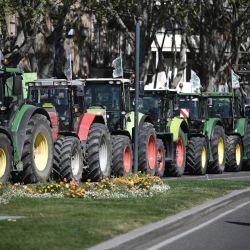 Tractores bloquean una calle durante una manifestación de agricultores, convocada por el sindicato FDSEA, para llamar la atención sobre sus dificultades económicas y contra una reforma de los subsidios europeos, en Toulouse, suroeste de Francia.   Foto:Lionel Bonaventure / AFP
