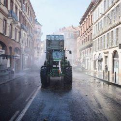 Agricultores convocados por la Federación Nacional de Sindicatos de Propietarios Agrícolas patrullan con sus tractores y otros vehículos en las calles de Toulouse, suroeste de Francia, durante una manifestación para dibujar atención a sus dificultades económicas y protesta contra una reforma de las subvenciones europeas. | Foto:Lionel Bonaventure / AFP