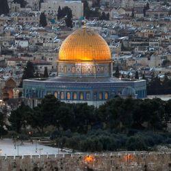 Una vista general tomada desde el Monte de los Olivos muestra la Ciudad Vieja de Jerusalén con la Cúpula de la Roca en el recinto de la mezquita de al-Aqsa.   Foto:Ahmad Gharabli / AFP