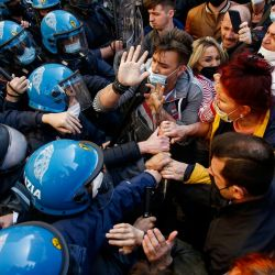 Italia, Roma: Los dueños de restaurantes y otros negocios chocan con policías fuera de la Cámara Baja italiana durante una protesta contra las restricciones del coronavirus. | Foto:Cecilia Fabiano / LaPresse vía Zuma Press / DPA