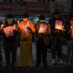 Activistas de derechos humanos sostienen velas durante una protesta contra el golpe militar de Myanmar, en Katmandú. | Foto:Prakash Mathema / AFP