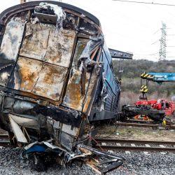 El personal de emergencia utiliza grúas para retirar los vagones dañados de dos trenes de mercancías que chocaron unos días antes y cobraron la vida de uno de los conductores. | Foto:Hájek Ondøej / CTK / DPA