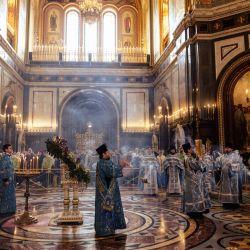Sacerdotes ortodoxos y el patriarca ortodoxo ruso Kirill (derecha) asisten a un servicio con motivo de la festividad de la Anunciación en la Catedral de Cristo Salvador en Moscú. | Foto:Dimitar Dilkoff / AFP