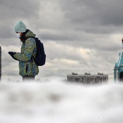 Un peatón usa una máscara protectora mientras camina por el oeste de Moscú. - Rusia informa una disminución en las muertes relacionadas con el virus en febrero con respecto al mes anterior, ya que las autoridades dicen que lo peor de la pandemia ya pasó. | Foto:Alexander Nemenov / AFP