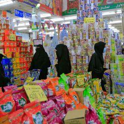 Las personas compran comestibles y suministros en un supermercado en la capital de Yemen, Sanaa, mientras se preparan una semana antes del mes sagrado de ayuno musulmán del Ramadán. | Foto:Mohammed Huwais / AFP