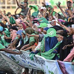 Los partidarios del presidente de Yibuti, Ismael Omar Guelle, superan las barricadas mientras reaccionan a la actuación musical del artista etíope de hip-hop 'Maslah', que interpretó una canción en apoyo de Guelle durante la última manifestación electoral del líder antes de que el país se dirija a las elecciones, en el Stade El-Hadj Hassan Gouled Aptidon en la capital. | Foto:Tony Karumba / AFP