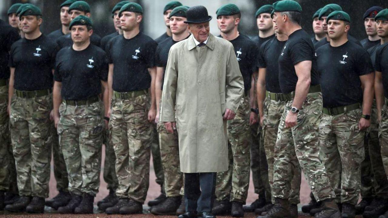 Felipe de Edimburgo junto a soldados de la Royal Navy británica. | Foto:CEDOC