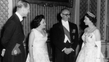 Arturo Frondizi y señora, recibidos con cena de Estado en el palacio de Buckingham por Isabel II y Felipe (1962)