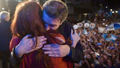 Continuidad: Máximo Kirchner abraza a su madre.