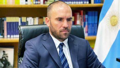 El ministro Guzmán comenzó la gira europea pero está muy atento a lo que sucede en el país.