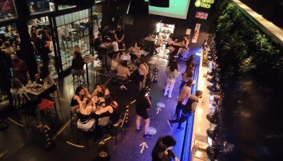 Policías de la Ciudad clausuraron varios bares por no cumplir con las nuevas restricciones en pandemia.