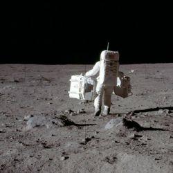 Lo primero que debemos tener en cuenta es que en la Luna la velocidad al caminar es mucho menor.