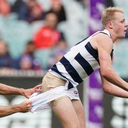 Zach Guthrie de los Cats es abordado por Alex Neal-Bullen de los Demonios durante el partido AFL de la Ronda 4 entre los Melbourne Demons y Geelong Cats en el MCG en Melbourne.   Foto:AAP / Scott Barbour / DPA