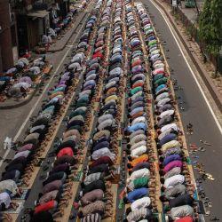 Los devotos musulmanes realizan la oración semanal en la calle sin observar el distanciamiento social a pesar de la pandemia del coronavirus. | Foto:Abu Sufian Jewel / Zuma Wire / DPA