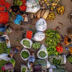 La gente compra frutas y verduras en un mercado en medio del cierre nacional y antes del mes sagrado musulmán del Ramadán, que comenzará con una semana de cierre aún más estricto para frenar la propagación del coronavirus. | Foto:Mustasinur Rahman Alvi / Zuma Wire / DPA