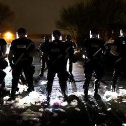 Los oficiales de policía hacen fila frente a la estación de policía del Brooklyn Center mientras la gente protesta después de que un oficial disparó y mató a un hombre negro en el Brooklyn Center, Minneapolis, Minnesota.   Foto:Kerem Yucel / AFP