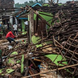 Soldados y residentes indonesios revisan las casas dañadas en Malang, Java Oriental, un día después de que un terremoto de magnitud 6,0 sacudiera la costa de la principal isla de Java en Indonesia. | Foto:Juni Kriswanto / AFP