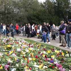 La gente se detiene a mirar las flores dejadas por los dolientes fuera del castillo de Windsor, después de la muerte del príncipe Felipe, duque de Edimburgo, a la edad de 99 años.   Foto:Gareth Fuller / PA Wire / DPA