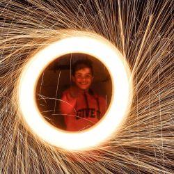 Niños palestinos juegan con fuegos artificiales en el campamento de Jabalia antes del mes sagrado de ayuno del Ramadán. El Ramadán es el noveno y más sagrado mes del calendario islámico en el que los musulmanes de todo el mundo se abstienen de comer, beber y fumar desde el amanecer hasta el anochecer.   Foto:Mahmoud Issa / DPA