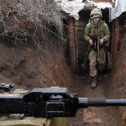 Un militar ucraniano camina en una trinchera mientras se encuentra en su puesto en la línea del frente con los separatistas respaldados por Rusia cerca de la ciudad de Zolote, en la región de Lugansk.   Foto:STR / AFP