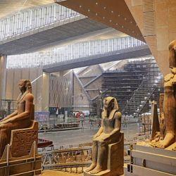 En la entrada del edificio se levanta una estatua de Ramsés II de más de 80 toneladas de peso y de 11 metros de altura.
