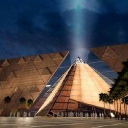 En la entrada del edificio se levanta una estatua de Ramsés II, de más de 80 toneladas de peso y 11 metros de altura.