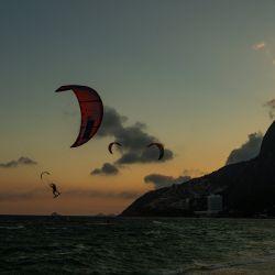 Los kitesurfistas son vistos en la playa de Ipanema en Río de Janeiro, Brasil. | Foto:Carl De Souza / AFP