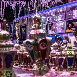 Las personas que viajan en un autobús miran un puesto que vende linternas de Ramadán a lo largo de una calle principal en el suburbio norteño de Shubra (hogar de una gran población cristiana) de la capital de Egipto, al comienzo del ayuno sagrado musulmán en el mes de Ramadán. | Foto:Khaled Desouki / AFP