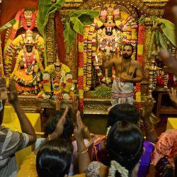 Los devotos hindúes visitan el templo Tirumala Tirupati Devasthanams con motivo del festival 'Ugadi' o el día de año nuevo según el calendario lunisolar hindú en Chennai. | Foto:Arun Sankar / AFP