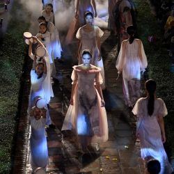 Las modelos vestidas con el vestido tradicional Ao Dai de Vietnam presentan una creación inspirada en Japón por el diseñador Ha Duy durante el desfile de modas 'El mundo en Ao Dai vietnamita' en el Templo de la Literatura de Hanói. | Foto:Manan Vatsyayana / AFP