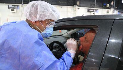En el Centro vehicular de Costa Salguero se realizan testeos a turistas y residentes