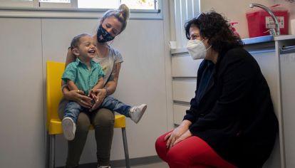 ABRIL 13 La ministra de Salud de la Nación, Carla Vizzoti, dio inicio, esde el vacunatorio del Hospital Garrahan, a la vacunación contra la gripe que este año se realizará en forma simultánea a la inoculación contra la COVID-19.