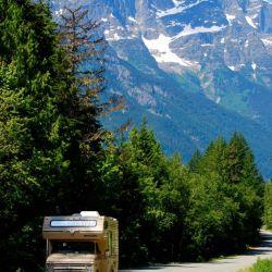 Una caravana recorre la Highway 20 en el Bella Coola Valley en un tramo que incluye pendientes muy pronunciadas. Foto: Ole Helmhausen/dpa