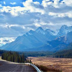 Las legendarias Montañas Rocosas se pueden recorrer por el tramo de gravilla denominado Smith Dorrien Trail, donde hay menos tráfico que en otros caminos. Foto: Ole Helmhausen/dpa