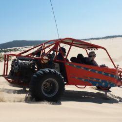 Un shot de adrenalina en el descenso de los médanos a bordo de un buggy.