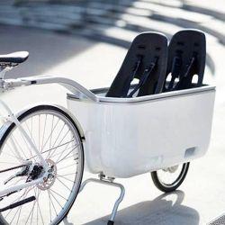 Sirve para llevar carga, ya sea objetos que quedan a resguardo bajo una tapa removible, como niños.