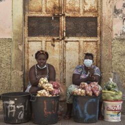 Vendedores de verduras se sientan en la calle en Praia, Cabo Verde. | Foto:Seyllou / AFP